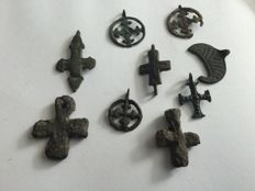 9 medieval bronze amulet lunula and crosses 22-40 mm (9)