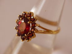 18 kt yellow gold ring with garnets