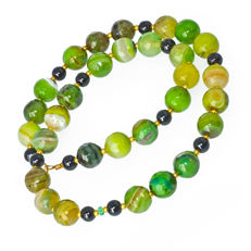 Dragon scale agate and Black Onyx necklace with Emerald about 0.3 carat – Length 46 cm, 18kt/750 yellow gold clasp