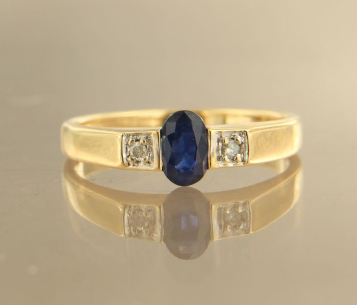 no reserve 18 kt bi-colour gold ring set with a central sapphire and two brilliant cut diamonds with a total of approx. 0.04 ct