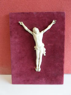 Ivory Corpus Christi on panel covered with red velvet - 19th century