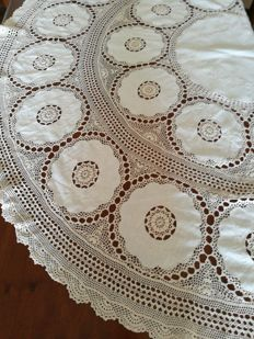 Fine round tablecloth entirely hand hand - Italy - 1960s.