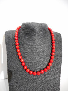 Necklace of red coral, 45.7 cm in length with a 14 kt gold clasp