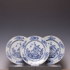Nice set of 3 blue-white porcelain plates, scenery of flowers and a bird - China - 18th century.