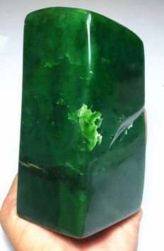Premium Colour Hand Crafted Emerald Green Nephrite Tumble - 141 x 67 x 64 mm - 1505 gm