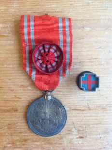 Complete set of a membership medal, rosette and lapel of the Japanese Red Cross