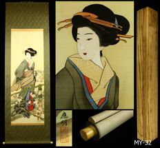 "Hanging Scroll by Oumei ""應明"" - ""Beauty Hold the Samisen"" - Japan - Early 20th century (Meiji period) w/box"