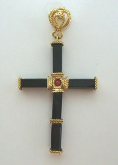 18 kt yellow gold cross pendant with black agate and red coral