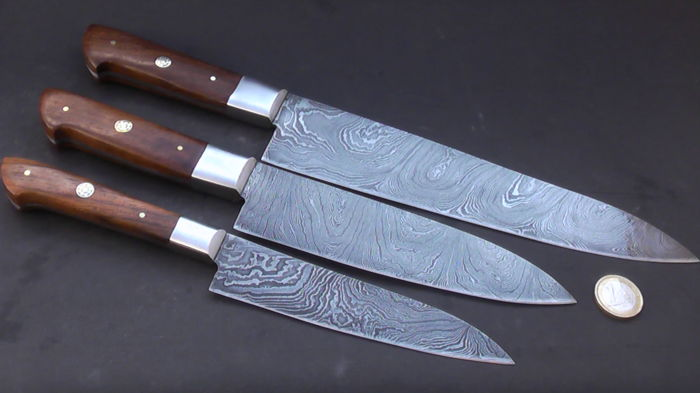 Set of three handcrafted Damask knives - 1 long / wide chef's knife, 1 Santoku chef's knife, 1 shorter chef's knife - 200 + layers damask steel - handle made from rosewood - *No reserve price*