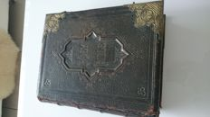 Beautiful old family Bible. The first note is from 1857 and the whole features beautiful black/white and coloured prints.