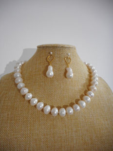 Set necklace/earrings made of baroque cultivated white fresh water pearls, 45.7 cm length and 12-16 mm in diameter