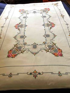 A fine tablecloth made by master seamstresses - with napkins - 163x115 cm.