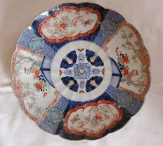 Lobed and fluted 38 cm Imari charger with shishi, birds and floral decoration - Japan - first half of the 19th century
