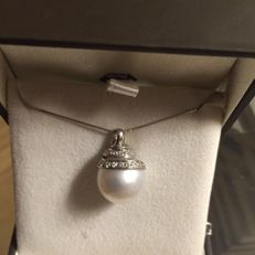18 kt white gold necklace with 14 mm Japanese pearl pendant, enshrouded by a spiral of diamonds totalling 0.20 ct