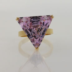 18 kt yellow gold ring with spectacular natural kunzite of 14.25 ct.