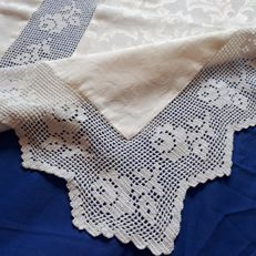 Damask placemat with wide crochet hem