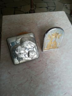 Lot consisting of 2 items: Silver icon of a Madonna and a silver picture of the Holy Family