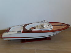 Beautiful Riva model with white hull, 90 cm
