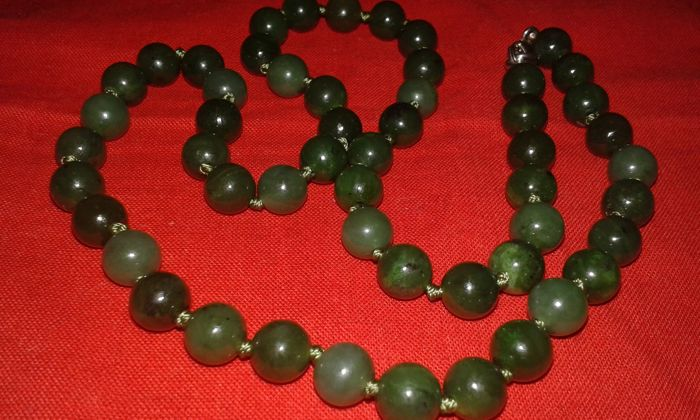 Jade necklace in various shades of green, 44 g