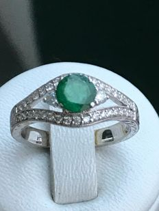 Pretty 18 kt white gold ring, emerald and diamonds totalling 1.32 ct Top Wesselton – 53 / 16.85 mm