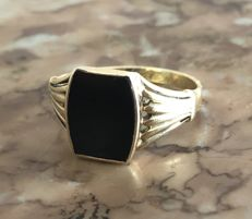14kt yellow gold signet ring set with Onyx.