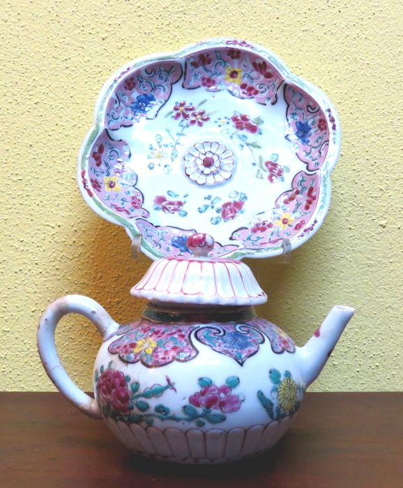 Chinese porcelain teapot and his presentoir decorated with fine Famille Rose enamels 18th century,  YongZheng Period