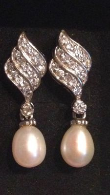 500/1000 white gold earrings, with diamonds and 2 saltwater pearls
