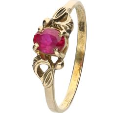 14 kt - Yellow gold ring set with an oval cut ruby - Ring size: 17.5 mm