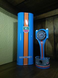 Lot of decorative GULF/PORSCHE Le Mans clock and tin. 21st century