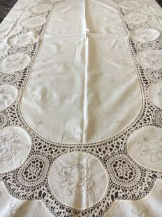 Finely handcrafted tablecloth in pure Italian linen