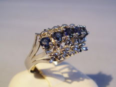 14 kt Art Deco white gold ring with 5 natural, cornflower blue sapphires of 0.75 ct.