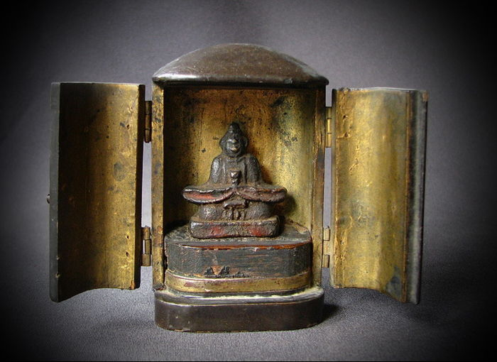 Lot with an 8 cm travel-altar with a bronze statue of Tenjin Sugawara no Michizane deity of Calligraphy - Japan - 17th century and 18th century (early Edo)