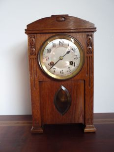 Oak mantel clock in the style of the Amsterdam school - Around 1920