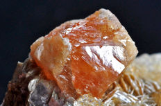Single orange Scheelite crystal on matrix - 7.6 x 4.6 X 4.2 cm - 121 gm