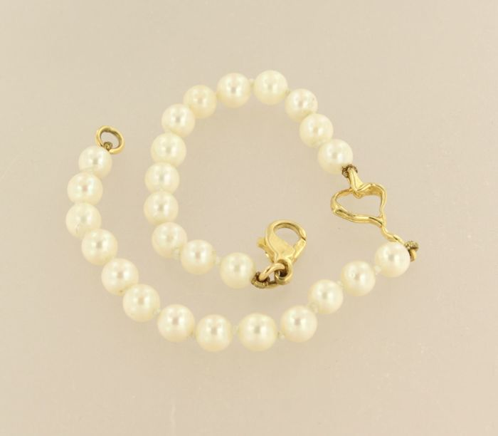 18 kt yellow gold clasp with a centrepiece on a pearl bracelet