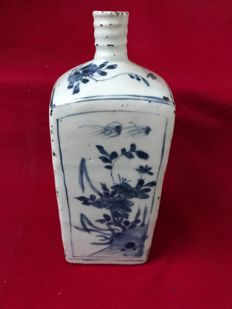 Blue and white faceted bottle - China - ca. 1620 (Ming period, Tianqi reign)