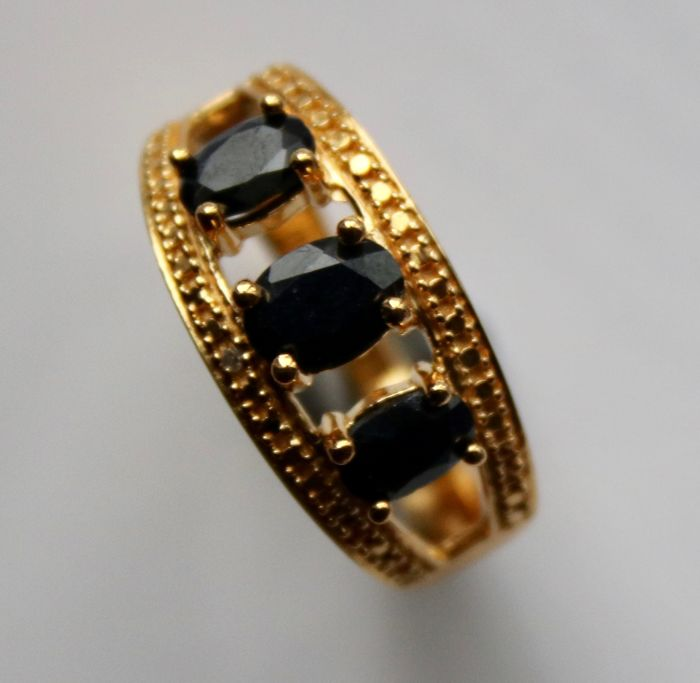 Vintage Ring with dark blue oval cut Sapphires approx. Ct total. Excellent state.