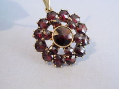Antique gold pendant with faceted garnet in the antique rose cut of 8 ct in total.