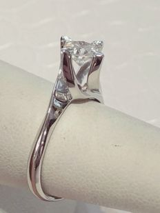 Solitaire ring in 18 kt white gold with 0.80 ct diamond, colour E, clarity VS1