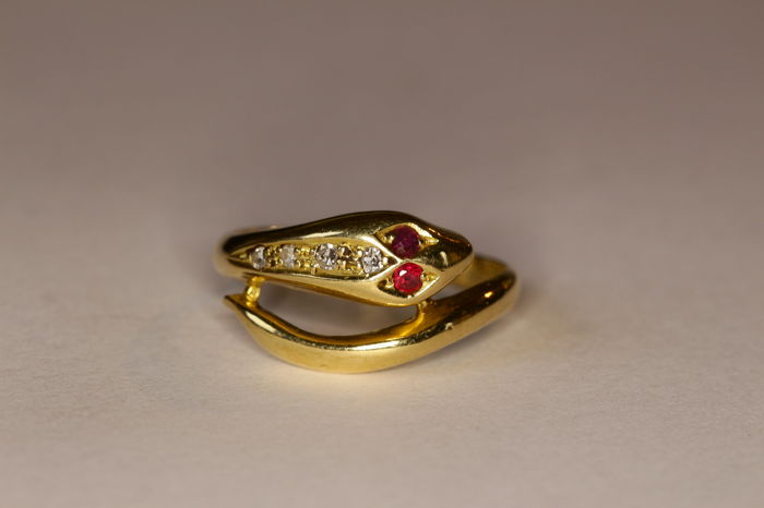 18 kt yellow gold ring, 1970's, set with rubies and brilliant cut diamonds