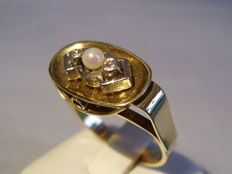 14 kt Art Deco gold ring with central Akoya pearl and two diamonds totalling 0.12 ct, made circa 1920-25