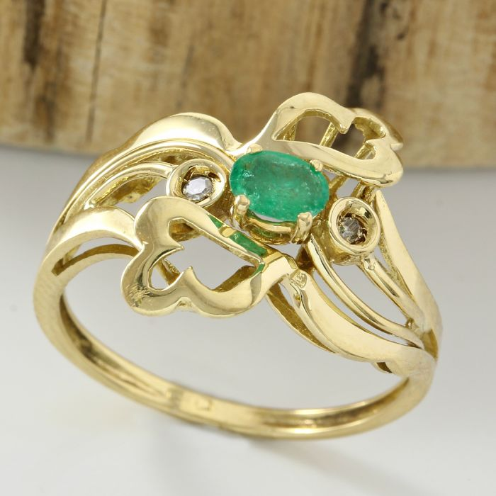 18kt yellow gold ting with 0.20 ct Emerald & 0.02 ct Diamond