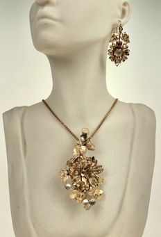 18 kt gold Set antique pendant/brooch with matching earrings, approx. 1920.