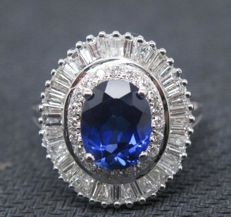 Women's ring in 18 kt white gold with 2.65 ct sapphire and 1.10 ct diamonds