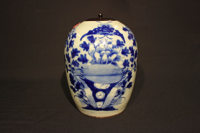 Vase with wooden lid - China, circa 1900