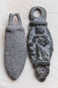 Two Ancient bronze amulets - 23,26 mm (2)