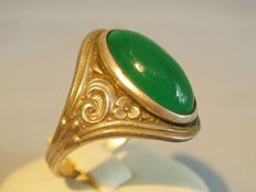Art Nouveau ring with large green agate of 7 ct in Art Nouveau alignment