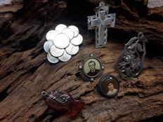 Antique jewellery item * unique 5 Cross brooch in silver 1848 * 2 portrait brooches 800 silver & gold double around 1905 * amber pendant around 1820 * 800 silver Charivari pendant around 1890 * mother of pearl cross Jerusalem *