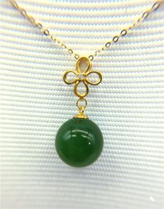 18 kt gold jade necklace 2 Grams total weight;Size 45 cm Length
