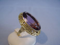 Large, magnificent, 14 kt gold ring with oval cut amethyst of 25 ct.